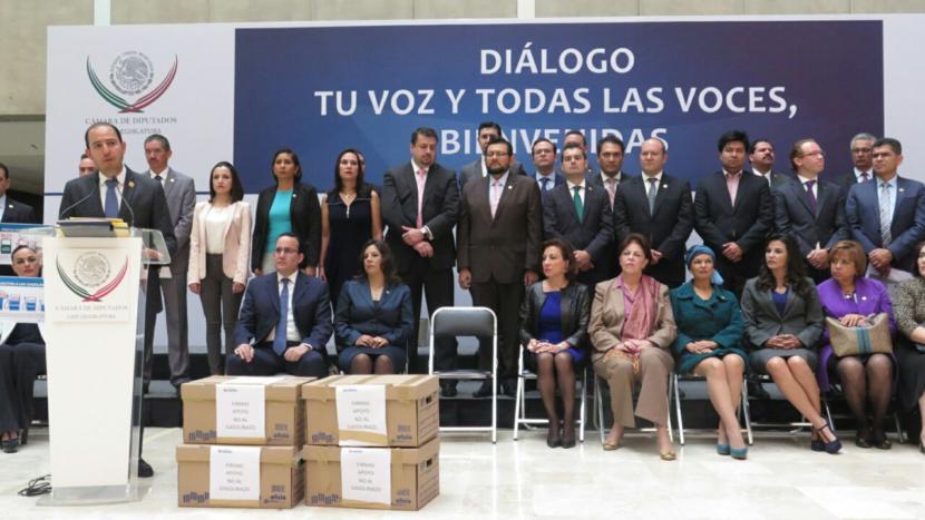DIPUTADOS PANISTAS REUNEN FIRMAS PARA BAJAR PRECIO DE GASOLINAS