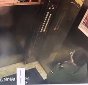 NIÑO CHINO HACE TRAVESURA EN ELEVADOR Y EL KARMA INSTANTANEO ACTÚA (VIDEO)