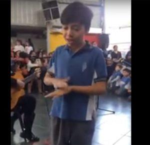 NIÑO CONMUEVE AL MUNDO; CANTA A SU MAMÁ EN LENGUAJE DE SEÑAS (VIDEO)