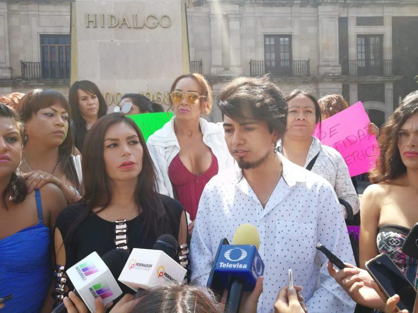 TRABAJADORAS SEXUALES SE MANIFIESTAN AFUERA DE LA LEGISLATURA MEXIQUENSE