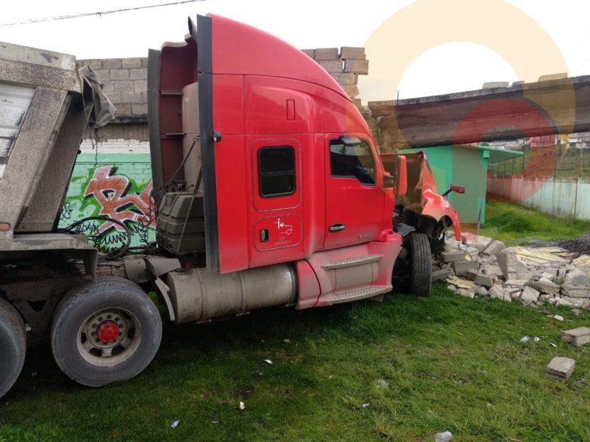 CHOCA TRÁILER CONTRA VEHÍCULO Y BARDA DE SECUNDARIA EN TIANGUISTENCO, UNO MUERE