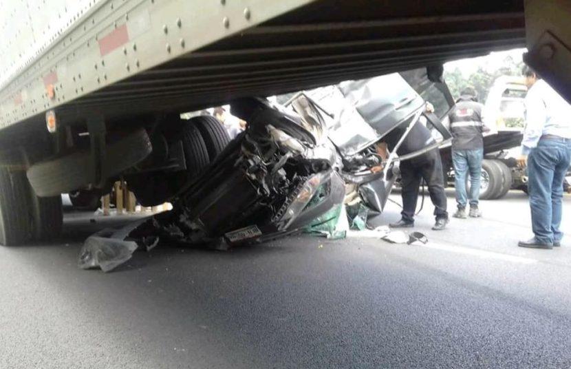 Camioneta queda bajo caja de trailer en la México-Toluca