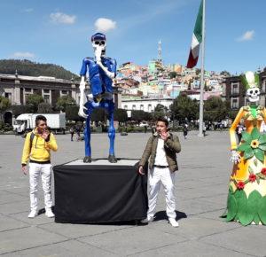 CONQUISTAN LAS BELLAS CATRINAS A VISITANTES EN LA PLAZA DE LOS MÁRTIRES