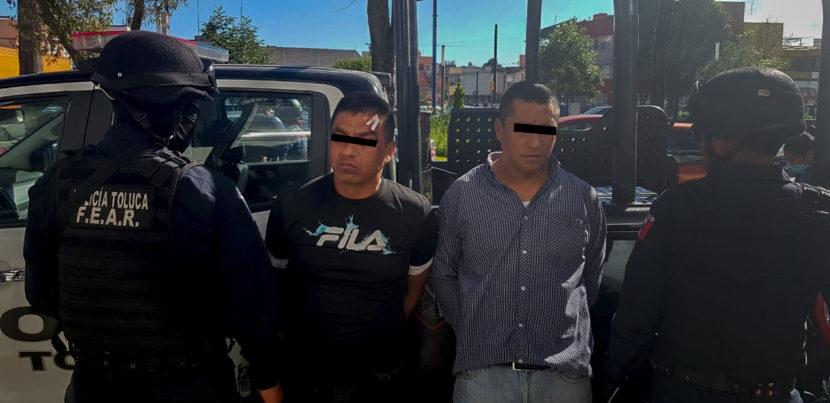 CAPTURA POLICÍA DE TOLUCA A DOS SUJETOS POR ROBO A CUENTAHABIENTE
