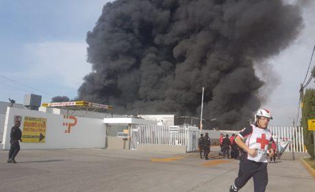 CONTROLAN BOMBEROS INCENDIO EN ALMACEN DE TELAS EN SAN MATEO OTZACATIPAN