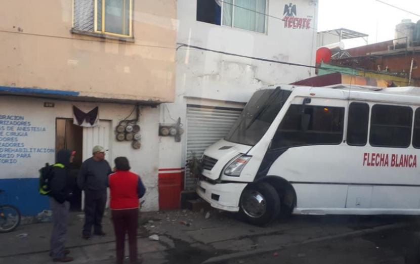 CAMIÓN DE PASAJEROS CHOCA CONTRA CASAS Y AUTOS EN TOLUCA