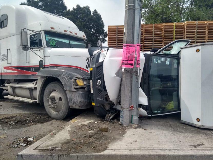 TRAILER IMPACTA CAMIONETA CONTRA POSTE EN BULEVAR AEROPUERTO
