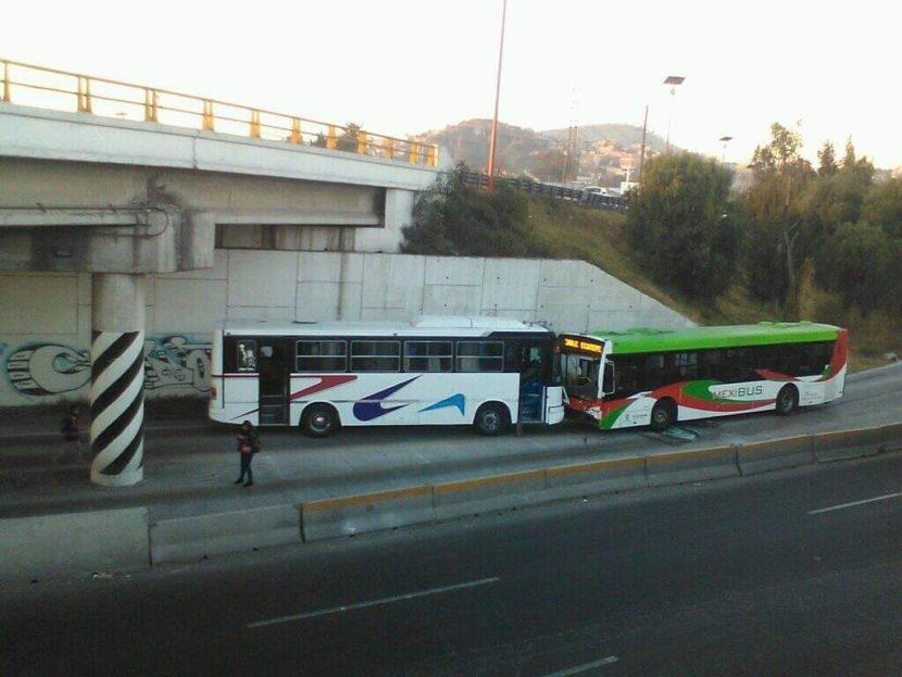 AUTOBUS CHOCA A MEXIBÚS EN TLALNEPANTLA