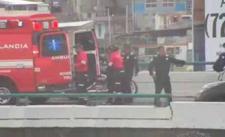 MUJER INTENTA ARROJARSE DE PUENTE PEATONAL EN TOLUCA