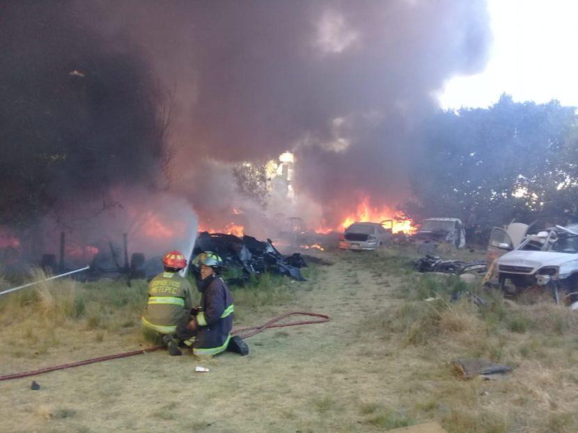 INCENDIO DE VEHÍCULOS EN PREDIO PARTICULAR MOVILIZA CUERPOS DE EMERGENCIA
