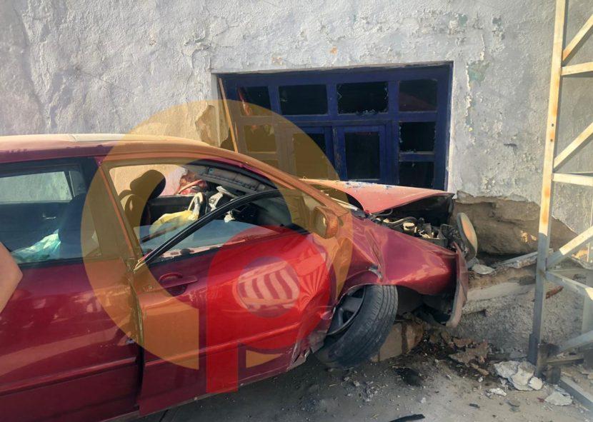 AUTO CAE EN PATIO DE VIVIENDA EN METEPEC, PROVENÍA DE TENANGO