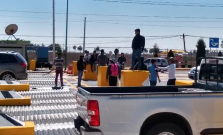 NORMALISTAS LEVANTAN PLUMAS EN CASETAS MEXIQUENSES