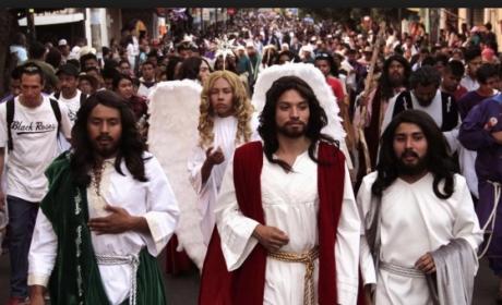 NAZARENOS Y VÍRGENES RECORREN LAS CALLES DE IZTAPALAPA