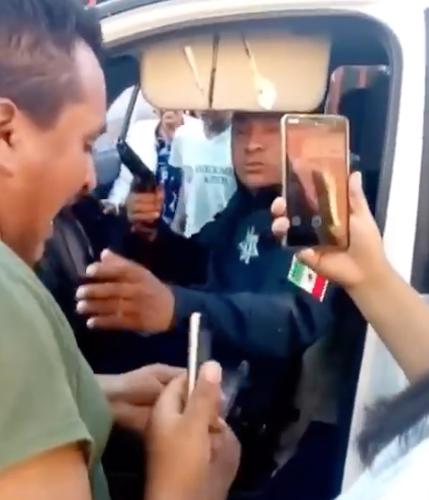 POLICÍA SUELTA GOLPE Y APUNTA A CIUDADANO EN XONACATLÁN