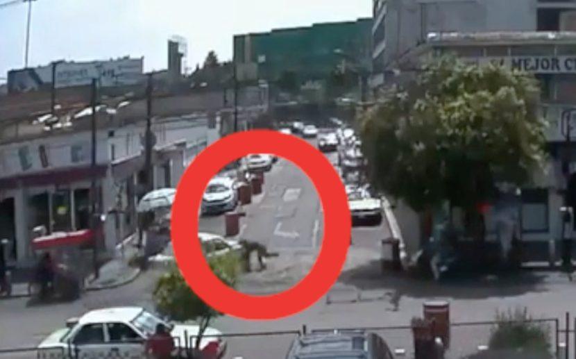 (VIDEO) TAXISTA ARROLLA A POLICÍA DE TRÁNSITO FRENTE A TERMINAL DE TOLUCA