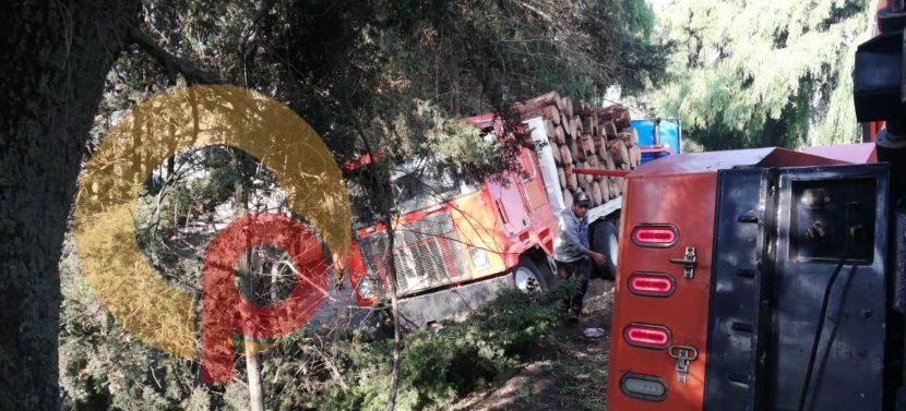 CAMIÓN QUE TRANSPORTABA TRONCOS SE ACCIDENTA Y DAÑA 4 ÁRBOLES EN LA TOLUCA-TENANGO
