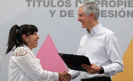 CONTINÚA ALFREDO DEL MAZO CON LA ENTREGA DE TÍTULOS DE PROPIEDAD Y POSESIÓN A FAMILIAS MEXIQUENSES