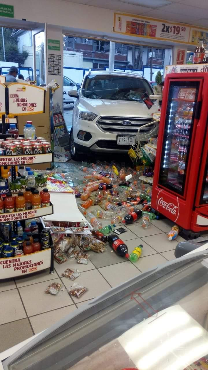 ADULTO MAYOR INCRUSTA CAMIONETA EN OXXO DE TOLUCA