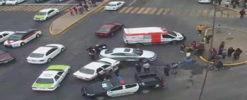 TAXI PROVOCA ACCIDENTE POR PASARSE ALTO EN ZINACANTEPEC