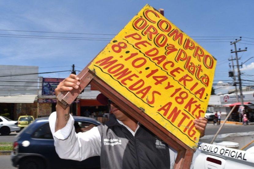 RETIRAN ANUNCIOS QUE OBSTACULIZAN VIALIDADES EN ECATEPEC