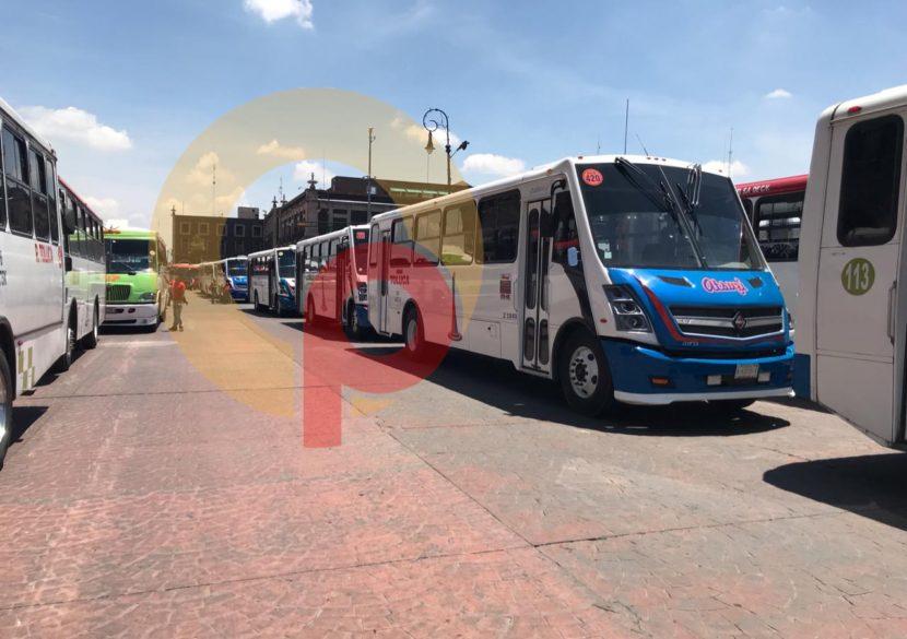 OPERADORES DE AUTOBUSES Y TAXISTAS PROTESTAN EN CONTRA DE URVANS COLECTIVAS