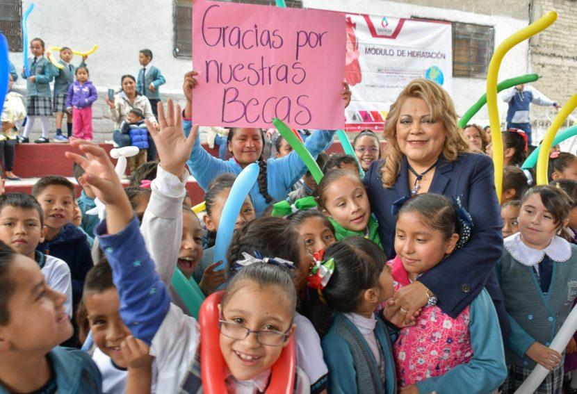ENCABEZA RUTH OLVERA DEVELACIÓN DE  LA SEGUNDA CONVOCATORIA DE BECAS 2019