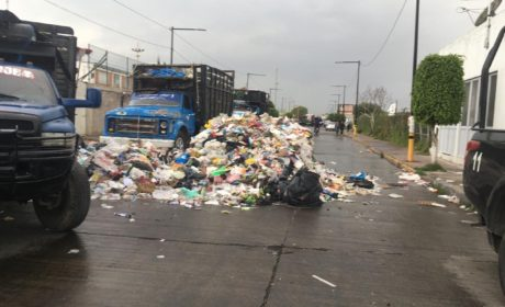 TIRAN BASURA EN TRASPATIO DE ALCALDÍA DE VALLE DE CHALCO