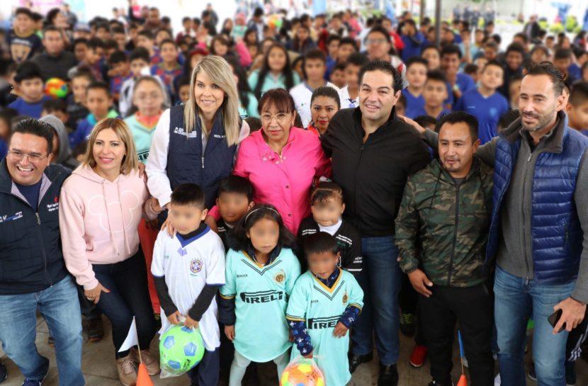 GOBIERNO DE HUIXQUILUCAN ENTREGA UNIFORMES A NIÑOS Y JÓVENES