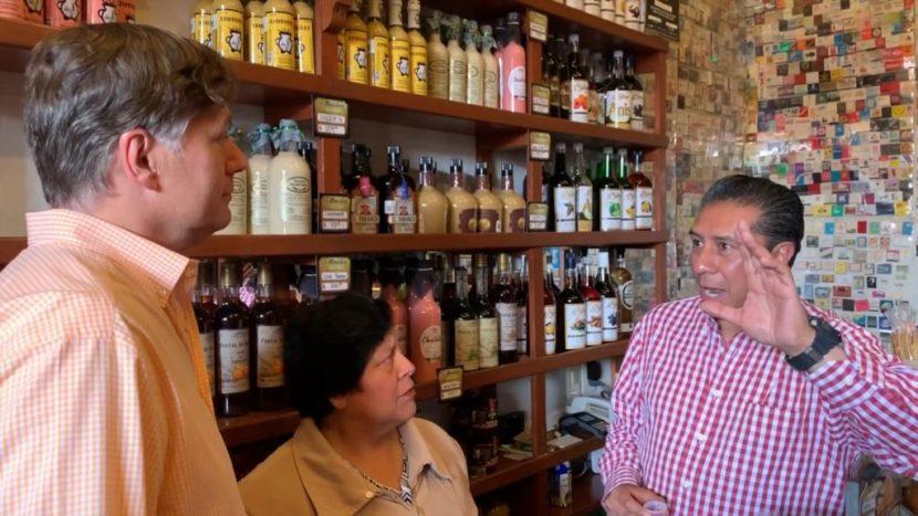 ALCALDE DE TOLUCA Y EMBAJADOR DE EEUU EN MÉXICO RECORREN FESTIVAL DEL ALFEÑIQE