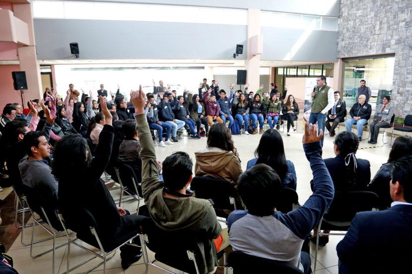 ENTREGA SECRETARIO DE EDUCACIÓN BECAS PARA ESTANCIAS EN EL EXTRANJERO