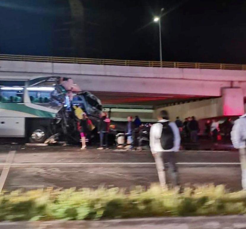 CHOQUE ENTRE AUTOBÚS Y GRÚA DEJA MÁS DE 15 LESIONADOS EN LA MÉXICO-TOLUCA