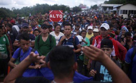 TRAS ENFRENTAMIENTOS CON FUERZAS MEXICANAS, MIGRANTES ENTRAN POR GUATEMALA