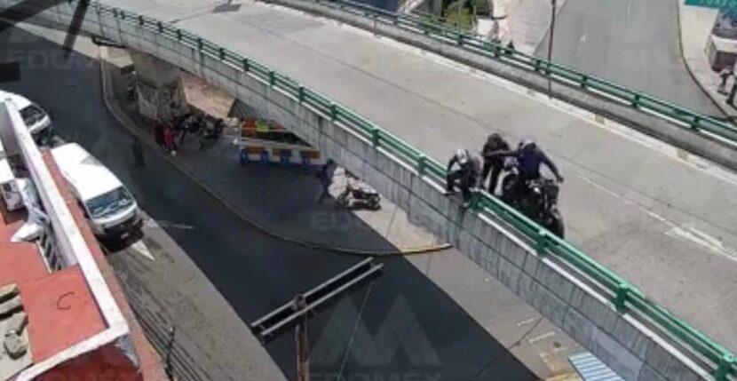 VIDEO: INTENTABA ARROJARSE DE PUENTE VEHICULAR; POR FORTUNA ES RESCATADO