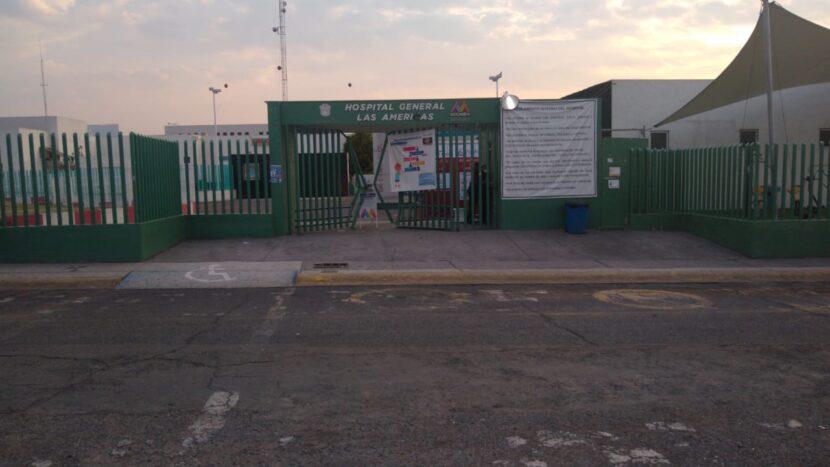 """MUJER CHOCA AUTO CONTRA REJA DEL HOSPITAL """"LAS AMÉRICAS"""" DE ECATEPEC, EXIGÍA SER ATENDIDA POR COVID"""