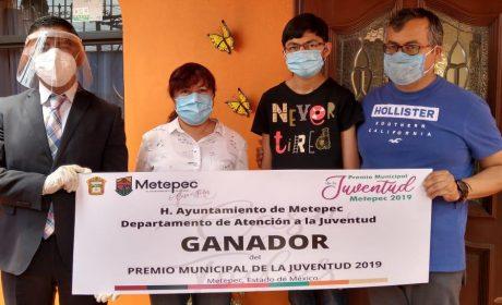 ENTREGAN EN CASA PREMIOS A JÓVENES METEPEQUENSES