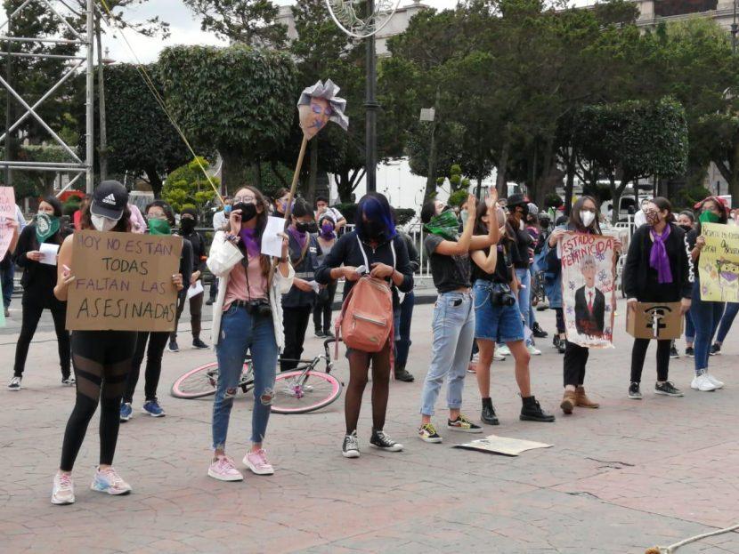 SE MANIFIESTAN FEMINISTAS FRENTE A PALACIO ESTATAL