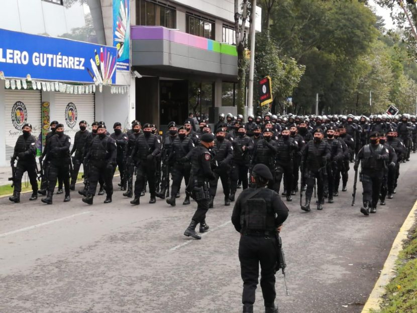DESFILAN POLICÍAS POR CALLES DE TOLUCA