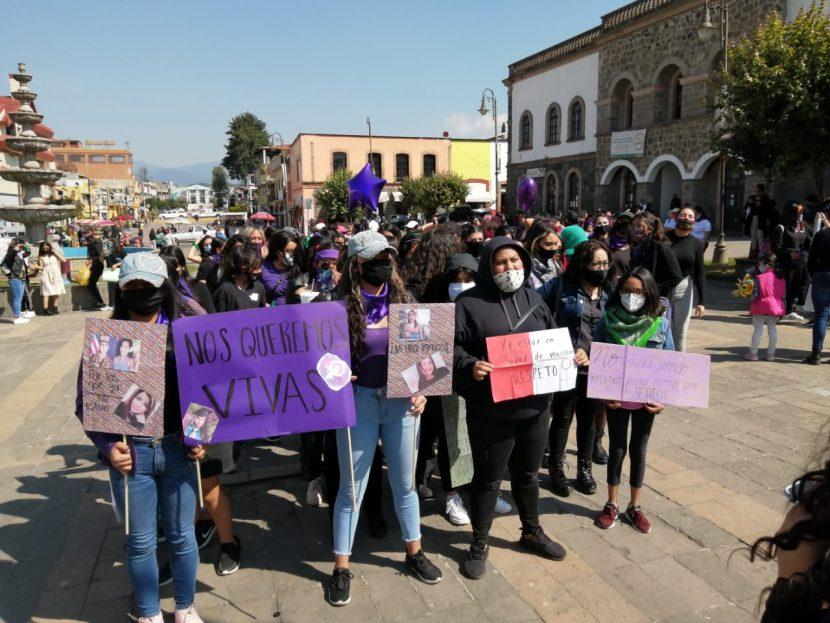 EN SANTIAGO TIANGUISTENCO, MUJERES PROTESTAN EN CONTRA DE FEMINICIDIOS