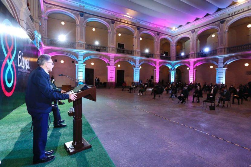 ALFREDO BARRERA PREMIÓ A GANADORES DE BIENAL INTERNACIONAL