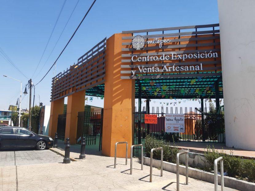 SUSTRAEN MERCANCÍA DE MERCADO DE ARTESANÍAS EN METEPEC