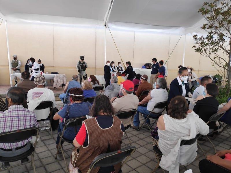 ATENCIÓN EJEMPLAR EN MÓDULOS DE VACUNACIÓN DE TOLUCA