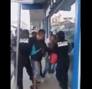 POLICÍAS DE OAXACA AGREDE PAREJA POR NO USAR CUBREBOCAS