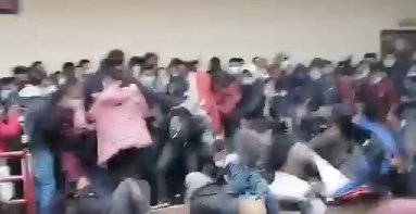(VIDEO) ESTUDIANTES CAEN DE UN 4º PISO TRAS VENCERSE BARANDAL