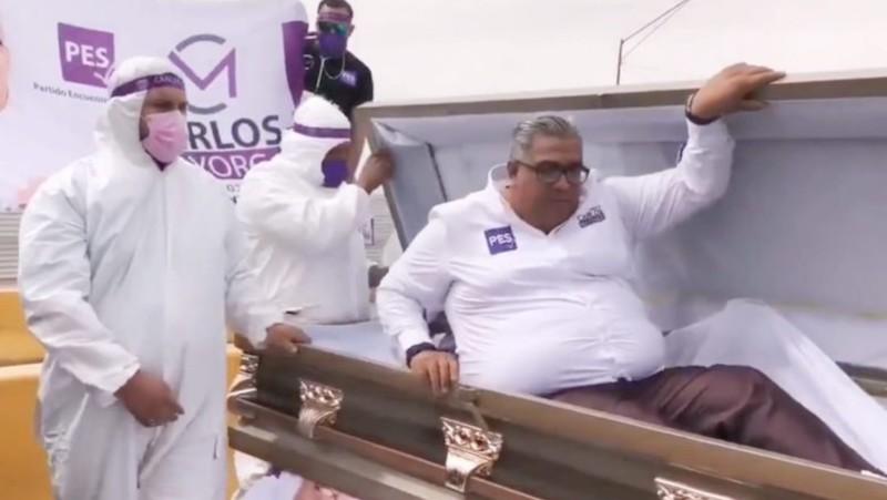 CARLOS MAYORGA ARRANCA CAMPAÑA DENTRO DE UN ATAÚD