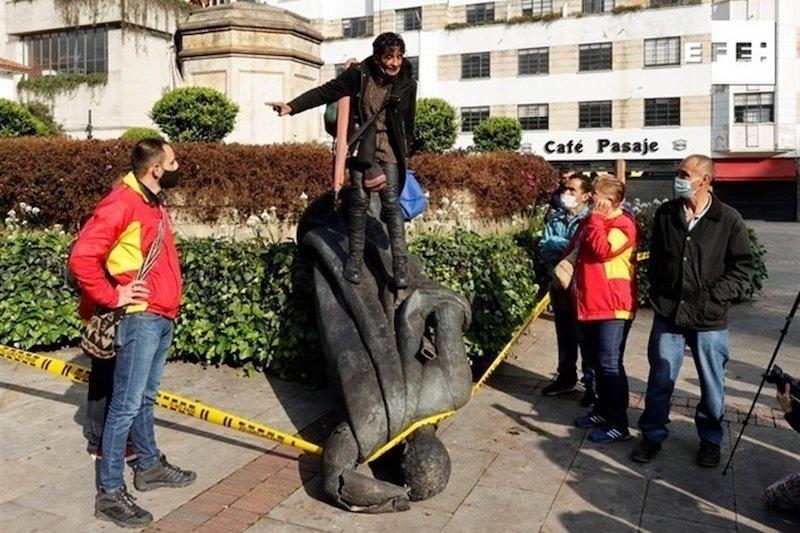 INDÍGENAS COLOMBIANOS DERRIBAN ESTATUA DE CONQUISTADOR