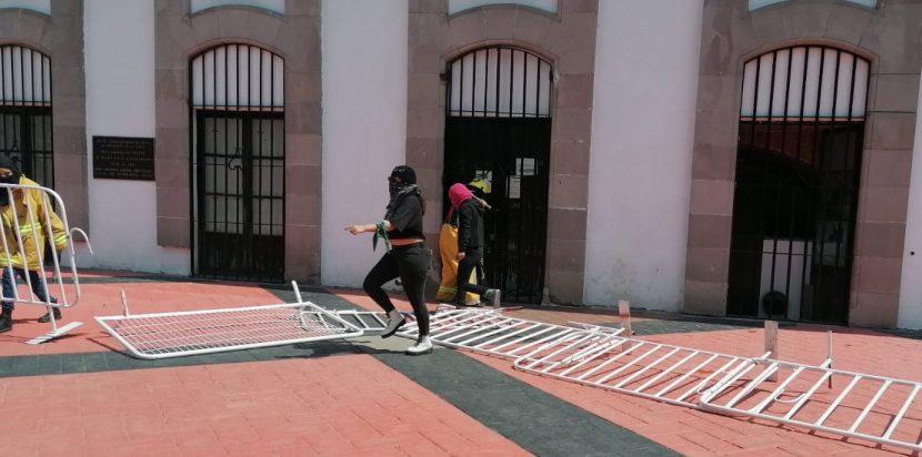 SE CONFRONTAN FEMINISTAS Y COMERCIANTES EN TOLUCA
