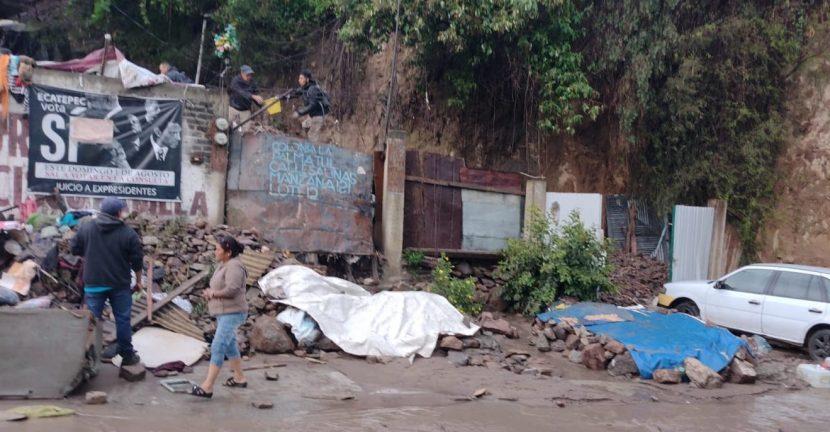 SE DERRUMBA UN CERRO DE ECATEPEC: UN HOMBRE ATRAPADO