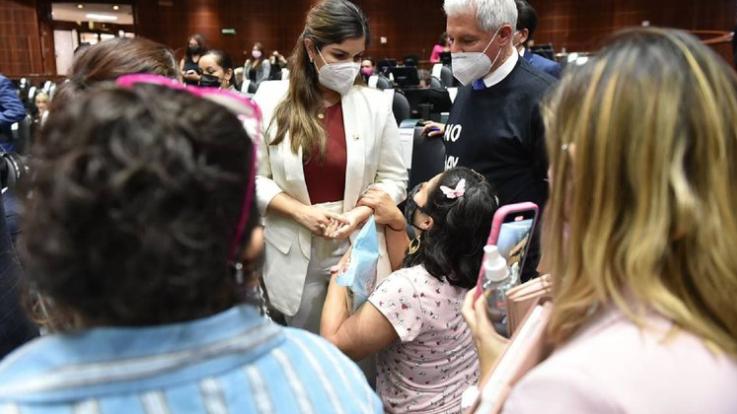 «CIRCOS MEDIÁTICOS»: DICE DIPUTADA TRAS IGNORAR A MADRE ARRODILLADA